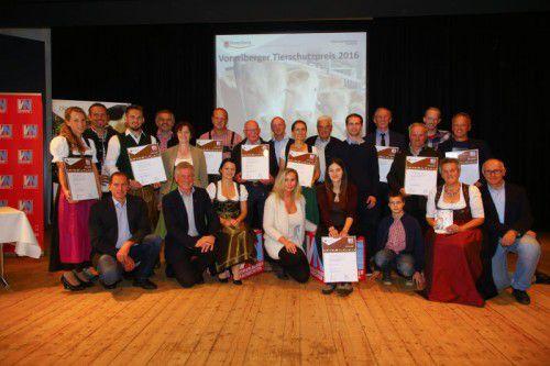 Die Tierschutzpreisträger 2016 mitsamt Familien und den Initiatoren Verena Daum (VN), Ombudsmann Pius Fink und LR Erich Schwärzler sowie mit LK-Präs. Josef Moosbrugger. VN/HB