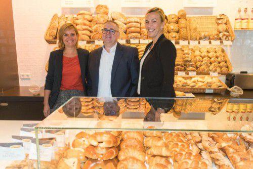Die Unternehmer Monika Haag (Mangold) und Günther Erath mit Carla-Leiterin Karoline Metzler in einer Mangold-Filiale. Foto: Stiplovsek