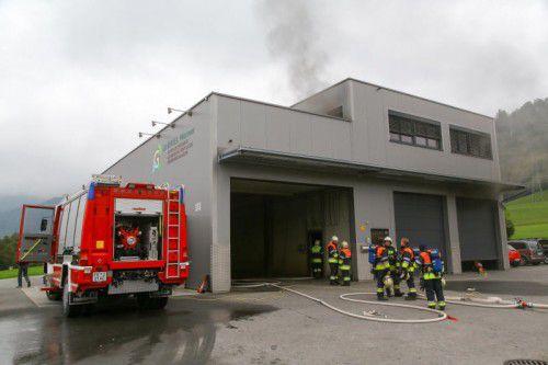 Die Werkhalle musste von der Feuerwehr nach den Löscharbeiten durchlüftet werden.  Foto: VN/hofmeister