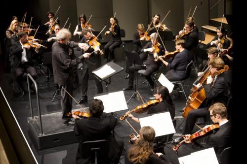 Dirigent Gérard Korsten mit dem Symphonieorchester Vorarlberg und dem russischen Violinsolisten Ilya Gringolts. Foto: SOV/Mathis
