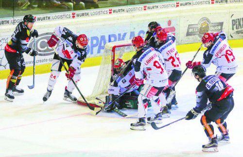 Dustin Sylvester (r.) und seine Dornbirn-Kollegen bescherten Innsbruck-Goalie Andy Chiodo einen arbeitsreichen Abend. Foto: HArtinger