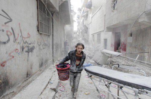 Ein Junge bringt sich in Aleppo in Sicherheit. reuters