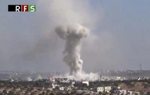 Ein Luftschlag trifft den Ort Hass in der Provinz Idlib.  Foto: AP