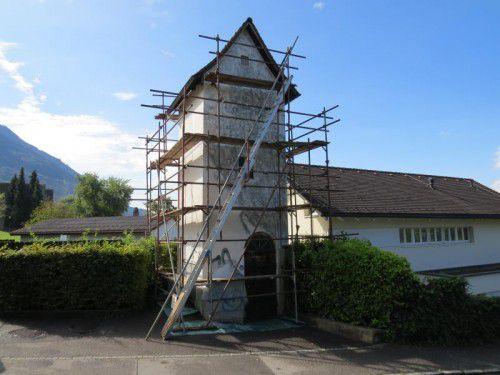 Ein Trafohaus in Tisis wird künstlerisch gestaltet.  BK