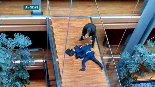 Ein Video von ITV News zeigt Woolfe auf dem Boden des EU-Parlaments. Angeblich soll er sich einen Faustkampf geliefert haben. Foto: AFP