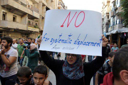 Eine Bewohnerin protestiert gegen die Evakuierung.  Reuters