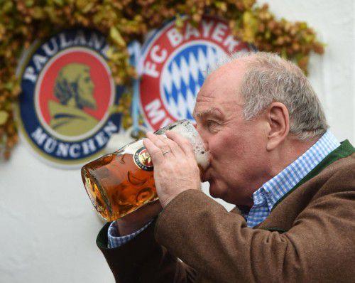 Einen kräftigen Schluck aus der Maß nahm der zurückkehrende Bayern-Präsident Uli Hoeneß. Foto: afp