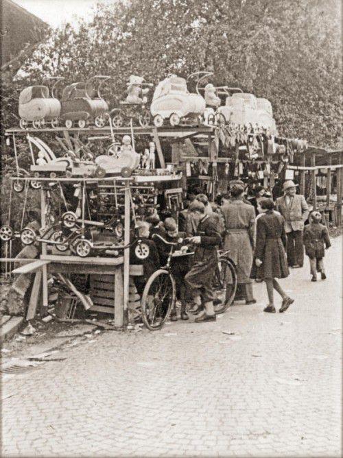 Einer der Ludovikus-Kilbistände mit den Kinderwagen als Attraktion im Jahre 1952. Foto: Ludovikus