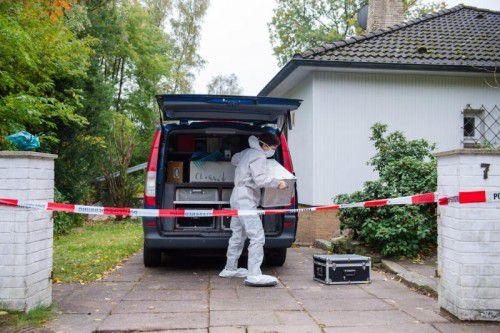 Ermittler untersuchen das Einfamilienhaus in Wedel. Foto: DPA