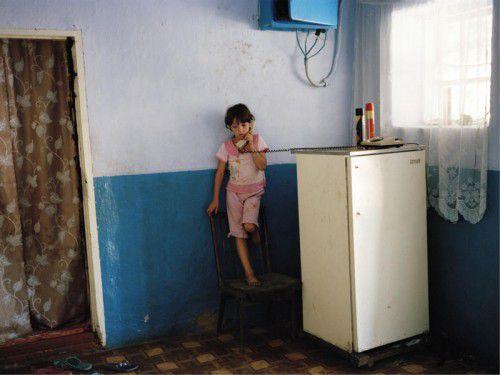 Es gibt kaum eine Familie, in der nicht mindestens ein Elternteil im Ausland arbeitet. In der Regel bleiben die Kinder zurück und wachsen bei Verwandten, Bekannten oder auch ganz alleine auf. foto: FHV-Galerie/Andrea Diefenbach