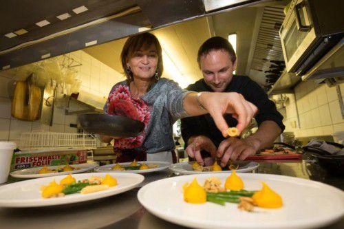 Es ist angerichtet: Susanne Anders und Christopher Füxl in Aktion. FOtoS: VN/Hartinger