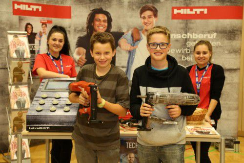 Eugen und Stefan bekamen von Bojana und Martina Informationen über die Lehrberufe bei Hilti aus erster Hand.  Fotos: etu