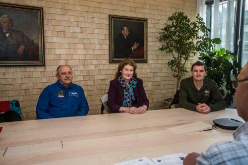 Faszinierende Erlebnisse: Die VN-Gäste Usachev, Helms und Walheim (v. l.) erzählen über Raumfahrt und Schwerelosigkeit. Foto: VN/Steurer