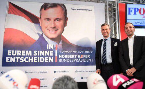 """FPÖ-Präsidentschaftskandidat Norbert Hofer verwendet die Formel """"So wahr mir Gott helfe"""" als Slogan auf seinen Wahlplakaten. APA"""