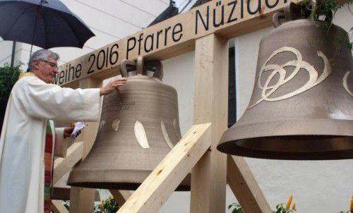 Generalvikar Rudolf Bischof weihte am gestrigen Sonntag die neuen BronzeglockenderPfarrkirche Nüziders ein. Foto: VN/js