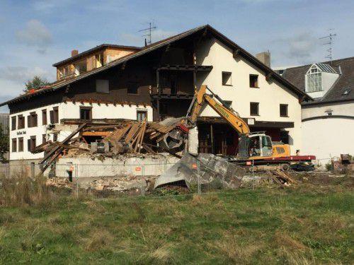 Gestern begannen die Abbrucharbeiten am Gasthof Rose im Dornbirner Hatlerdorf. An seiner Stelle entstehen Eurospar-Markt und Wohnungen.