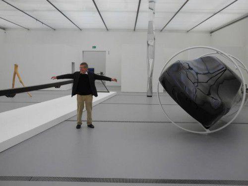 """Gottfried Bechtold mit der """"Schiene Kofler"""" und den Skulpturen """"Colonna Infinita"""" und """"In memoriam Jochen Rindt"""" im Lentos Museum. Fotos: VN/CD"""