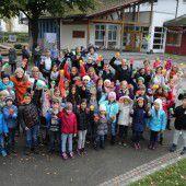 Volksschüler gestalten Pausenhof in Brederis