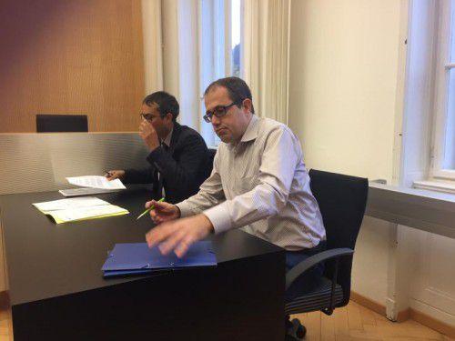 Hannes Hausbichler (r.) am Zivilgericht. Er lehnt jeden Vergleich mit der klagenden Anwältin Birgitt Breinbauer ab.  Foto: VN/Sohm