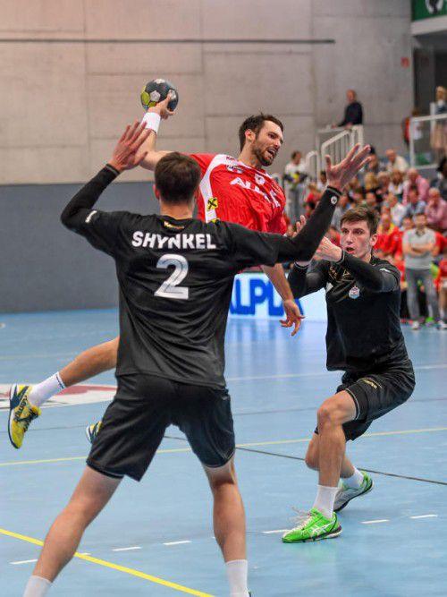 Hards Dominik Schmid lief vor allem im zweiten Durchgang gegen SKA Minsk zur Hochform auf und erzielte insgesamt acht Treffer. Foto: gepa