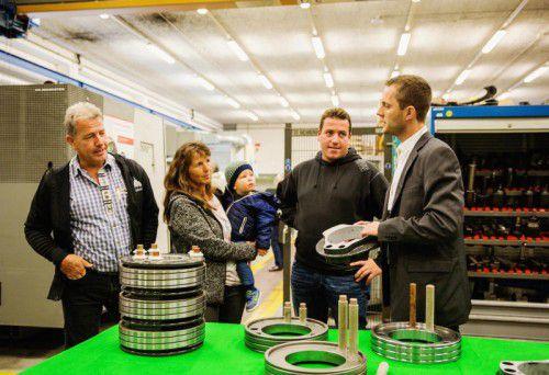 Im 15-Minuten-Takt führten die Mitarbeiter durch die Produktion und erklärten die Funktion verschiedener Produkte. Fotos: Mersen