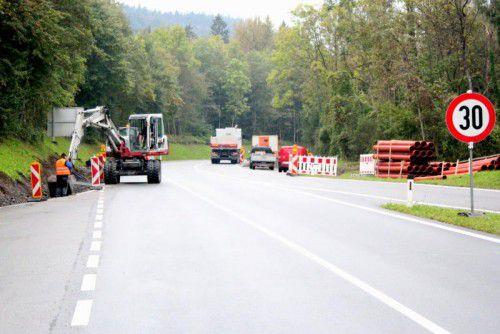 Im Auftrag des Landes wird an der Landesstraße L 81 in Bürs derzeit eifrig gearbeitet. Foto: VN/js
