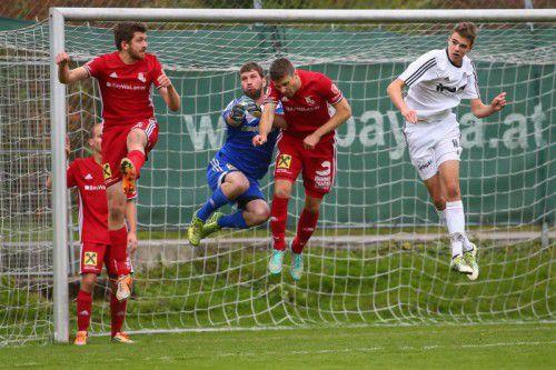 Im Oberlandderby ging es zwischen den beiden Teams hart zur Sache. Foto: steurer