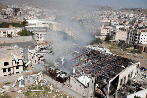 In der Trümmern der bombardierten Trauerhalle in Sanaa wird nach weiteren Opfern gesucht. Bisher gibt es 140 Tote. Foto: reuters