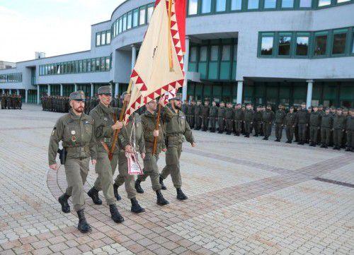 In der Walgau Kaserne hieß es gestern: Aufstellung zur feierlichen Kommandoübergabe. Foto: Schwärzler