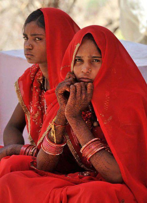 In Entwicklungsländern ist den Angaben zufolge jedes dritte Mädchen bei der Eheschließung unter 18. Diese beiden Mädchen waren zwölf Jahre alt.