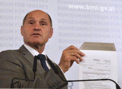 Innenminister Sobotka mit einer alten Wahlkarte.Aufgrund eines Klebefehlers musste die Hofburg-Wahl verschoben werden. APA