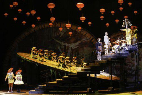Irgendwie bekannt und eine geniale Szene: Phileas Fogg stellt sich Turandots Fragen. Foto: APA, LT/Linz, Palffy