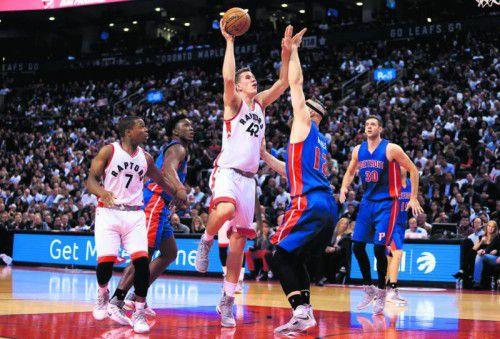 Jakob Pöltl überzeugte bei seiner NBA-Premiere für Toronto, im Bild überwirft er Aron Baynes von den Detroit Pistons. Foto: apa