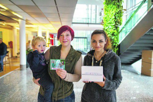 Jennifer Büchel und Jana erhalten von Sarah el Kanfoud das iPad-Mini überreicht.