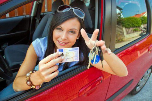 Während 2800 Anwärter nach der Prüfung eine Ehrenrunde drehen mussten, freuten sich andere junge Menschen schon über ihren neuen Führerschein.