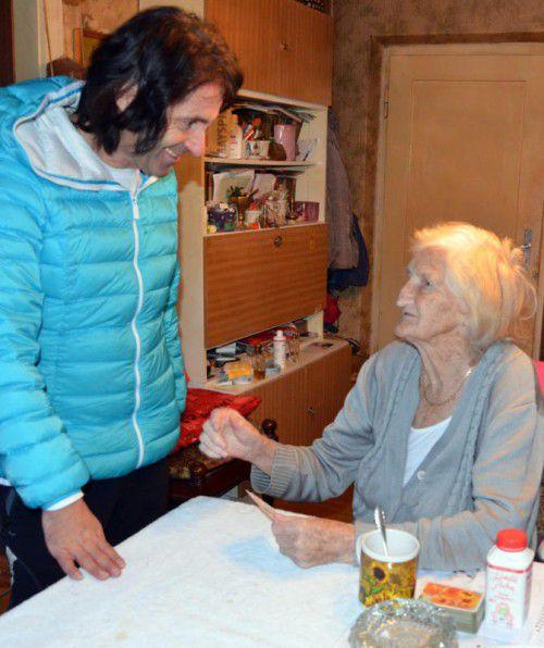 """Joe Fritsche besucht Walfriede Z. oft. Die betagte Dame wird von der Hilfsorganisation """"Stunde des Herzens"""" regelmäßig betreut. Foto: VN/HRJ"""