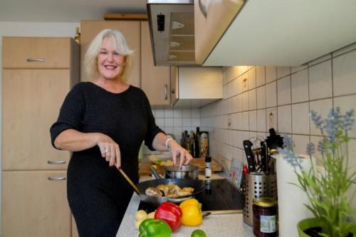 """Kabarettistin Barbara Balldini kocht ein Zitronenhuhn mit Feta aus ihrem Kochbuch """"Gaumensex"""". Foto: VN/Paulitsch"""