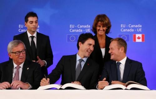 Kommissionspräsident Juncker (v.l.), Premier Trudeau und Ratspräsident Tusk unterzeichneten CETA. AFP