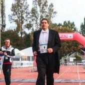 Den Marathon verkehrt, barfuß und im Frack