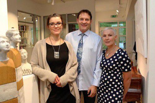 Künstlerin Amrei Müller (l.) mit dem Galeristenpaar Werner und Carmen Böhler. Fotos: NAM