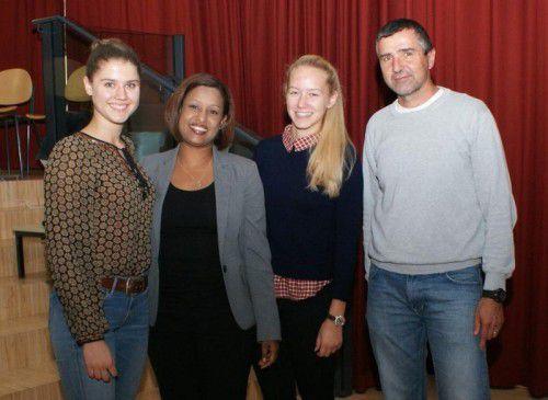 "Laura Müller, Ananas Girmai, Viktoria Gartner und Ernst Aßmann (v.l.) beim Auftakt der Aktion ""kinderspuren"" am BG Bludenz."