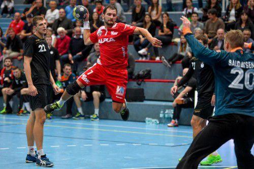 Luca Raschle und seine Roten Teufel fliegen mit breiter Brust zum EHF-Cup-Rückspiel nach Minsk.  Foto: gepa