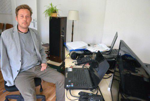 Marcel Amann ist trotz Behinderung selbstständig. Sein Arbeitsplatz ist in seiner Wohnung in Götzis. Foto: HRJ