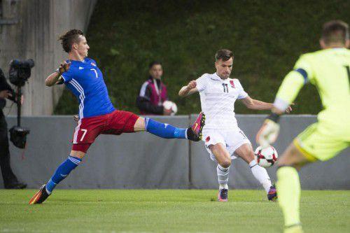 Marcel Büchel (im Bild gegen Azdren Llullaku) musste sich mit Liechtenstein Albanien 0:2 geschlagen geben. Foto: Michael Zanghellini/Volksblatt
