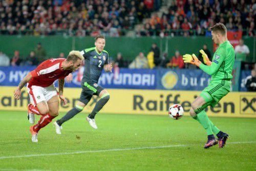 Marko Arnautovic war bester Österreicher gegen Wales. Im Bild erzielt er gegen Chris Gunter und Wayne Hennessey (Torhüter) per Kopf den Ausgleichstreffer zum 1:1. Foto: apa