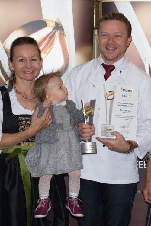 Martin Senn mit Gattin Elke und Tochter Ida bei der Preisübergabe.