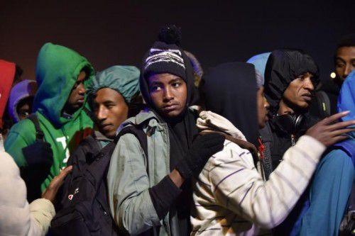 Menschen warten darauf, in einen Bus einzusteigen.  Foto: AFP