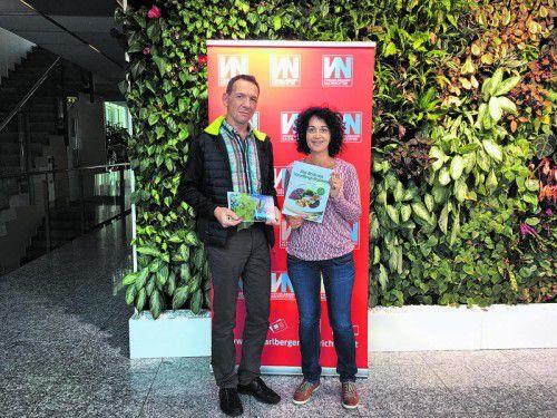 Michael Fraberger bekam den Gutschein von VN-Rezeptmagazin-Redakteurin Patrizia Gunz überreicht. Foto: Simone König