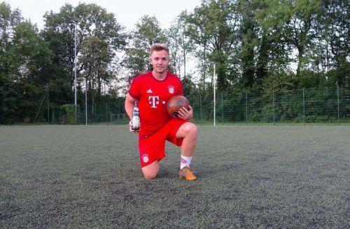 Mit Bier, Ball und Trikot: Alexander Freitags Bewerbungsfoto für den bayerischen Dreikampf in München. Foto: a. Freitag