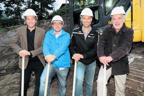 Mit Helm und Spaten: Marius Cerha (l.) mitJochen Hartmann sowie Wilhelm Hager und Dieter Furtenbach.